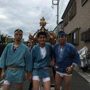 岩一町会青年部と神輿の前で